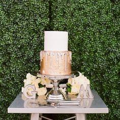 Heading Outdoors for a Stunning Black-Tie Wedding Al Fresco Strawberry Wedding Cakes, Wedding Strawberries, Fruit Wedding Cake, Wedding Desserts, Wedding Decorations, Decor Wedding, Copper Wedding Cake, Metallic Wedding Cakes, Small Wedding Cakes