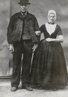 Pieter Maas en zijn vrouw uit Koudekerke, gekleed in Walcherse streekdracht.  De opname is gemaakt in 1913 te Amsterdam, tijdens het Klederdrachtenfeest. Dit was onderdeel van de festiviteiten rond de 100-jarige onafhankelijkheid van Nederland (1813-1913). #Zeeland #Walcheren