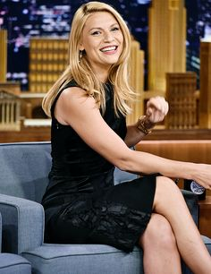 Claire Danes wears LBD on The Tonight Show Starring Jimmy Fallon Girl Celebrities, Celebs, Carrie Mathison, Claire Danes, Jimmy Fallon, Famous Women, Women's Summer Fashion, Pretty Woman, Plus Size