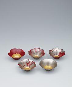 野口 洋子さんの乾漆椿花組鉢という作品。一枚一枚花ビラの模様が異なって美しい。