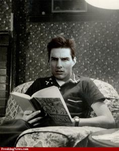 Tom Cruise reading, looks like his brain is fried. Tom Cruise, People Reading, Book People, I Love Books, Good Books, Books To Read, Reading Books, Celebrities Reading, Cruise Pictures