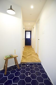 Renomama、リノまま、リノベーション、玄関、ヘリンボーン、タイル、無垢フローリング、自然素材、西海岸風、青 Tile Floor, Entrance, Doors, Flooring, Architecture, Interior, House, Home Decor, Houses