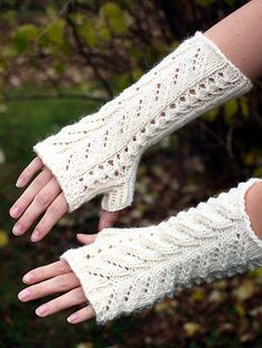 KARDEMUMMAN TALO: Kerttu -kämmekkäät Fingerless Mittens, Knitting Socks, Knitting For Kids, Baby Knitting, Crochet Chart, Knit Crochet, Crochet Gloves, Yarn Ball, Ponchos