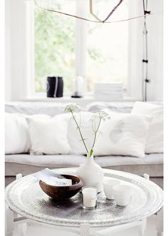 Moroccan-inspired white interior. Coffee table styling and simple white accessories. #rassphome #contemporary #modern