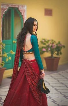 Looking for red bridal lehenga? Browse of latest bridal photos, lehenga & jewelry designs, decor ideas, etc. Saree Blouse Neck Designs, Fancy Blouse Designs, Lehenga Designs, Traditional Blouse Designs, Stylish Blouse Design, Indian Designer Outfits, Indian Dresses, Bridal Lehenga, Red Lehenga