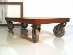 Diese schöne massive Holzplatte aus Rüster ruht auf alten Rollen von einem Krankenhausbett. Die Platte ist fein geschliffen und mit biologischem Möbel