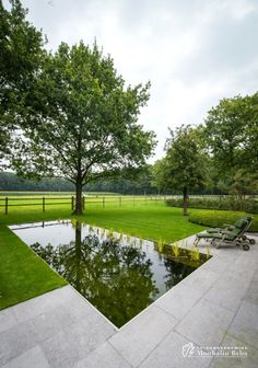 Aangelegde tuinen door tuinonderneming Monbaliu - Hoeve met karaktervolle bomen en mooie spiegelvijver