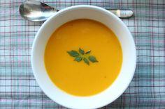 Gulrot et kanskje ikke i sesong helt enda, men paret med kokosmelk og ingefær blir resultatet en fantastisk suppe som virkelig gir en smak av mer tropiske breddegrader. Og det er jammen meg fortjent når sola først titter fram og heten stiger opp av en varm asfalt. Vi har tidligere brukt både fløt Carrot Soup, Thai Red Curry, Carrots, Fruit, Tableware, Ethnic Recipes, Drinks, Sun, Drinking