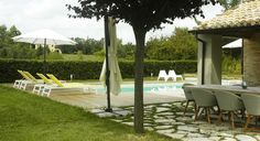 Casa dell Orto, verbouwing vakantiehuis in Italië, Le Marche, de tuin met eettafel en veranda aan de achterkant.