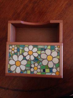 Servilletero, mi mosaico Mosaic Tray, Mosaic Glass, Mosaic Madness, Stained Glass Art, Decoupage, Diy And Crafts, Carpet, Artwork, Flowers
