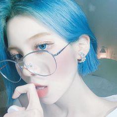 """ถูกใจ 21k คน, ความคิดเห็น 125 รายการ - ᵂᴬᴺᴺᴬᴮᴱ🕊 (@som1ove) บน Instagram: """"이 사진에 내가 숨기려고 한 두 친구가  다 나왔는데 누구 누구게 〰️〰️❔"""" Pretty Korean Girls, Korean Beauty Girls, Cute Korean, Short Blue Hair, Girl Short Hair, I Love Girls, Cute Girls, Cute Love Pictures, Look Girl"""