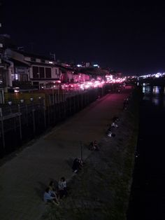 la rivière qui traverse le quartier de Pontocho. de nuit. Kyoto