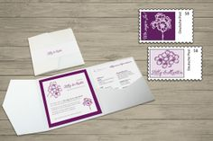 Individuell gestaltete Briefmarken, passend zur Pocket-Fold Einladung. Motiv: Blumen auf lila oder lavendelfarbigem Hintergrund mit persönlichem Text. © passion4paper