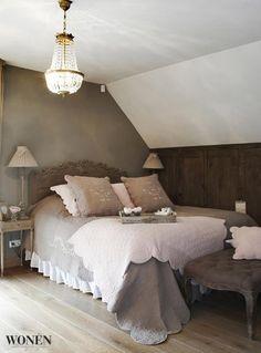 Stijlvol Wonen Uit Wonen Landelijke Stijl, het grootste landelijke woonblad van Nederland. Kijk op www.wonenlandelijkestijl.com voor meer inspiratie. Foto: Sarah Van Hove #bedroom #rustique #neutrals