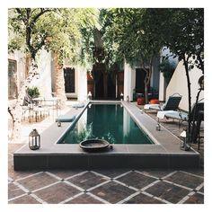 Bureau du jour parfaitement adapté aux 43  degrés!  #officeoftheday #marrakech #riad #weddingplanner #lovemarrakech #weddingplannermarrakech Marrakech, Outdoor Decor, Instagram, Home Decor, Handmade Home Decor, D Day, Desk, Decoration Home, Room Decor