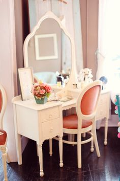 ❥ sweet old dressing table - Love it!!! This is exactly what I'm looking for