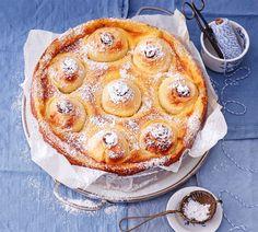 So schmeckt Freude: saftig gefüllt und auf Vanillecreme gebettet. Das leckere Rezept für den Bratapfelkuchen finden Sie hier. Guten Appetit und viel Spaß!