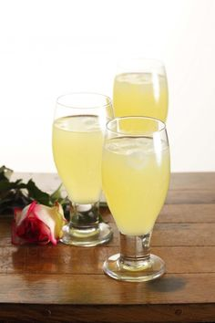 This site contains a recipe for Cool Passion Fruit Drink Fruit Drinks, Drinks Alcohol Recipes, Party Drinks, Cocktail Drinks, Alcoholic Drinks, Tea Recipes, Cocktails, Malibu Drinks, Soda Recipe