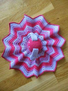 Min grankusine har lige fået små tvillingepiger, så min mor har bestilt et par nusseklude til dem. De skulle selvfølgelig være ens, men al... Crochet Patterns, Blanket, Amigurumi, Blue Prints, Blankets, Crochet Granny, Shag Rug, Comforter, Shawl Patterns