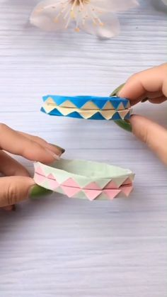 diy paper A simple tutorial to show you how to DIY a beautiful paper bracelet. Please us to support our work :-). Diy Crafts Hacks, Diy Crafts For Gifts, Paper Crafts For Kids, Diy Arts And Crafts, Creative Crafts, Diy For Kids, Paper Crafts Origami, Diy Paper, Paper Crafting