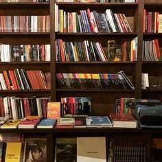 Livros! #cultura #culture #livros #book #tranquilidade #tranquility #leitura #reading #iphonephotography #iphonephotographer #photographer #photooftheday #talentosfotograficosdoig #bistrodasmeninas #livraria #bookstore #literature #literatura #livraria #library #bookstagram #bookstore #read