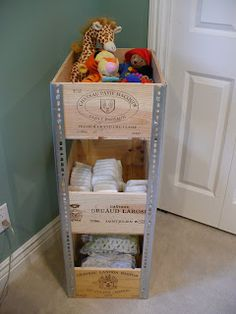 Pretty Neat Organizer: Wine Crate Shelves Manque juste des roulettes!