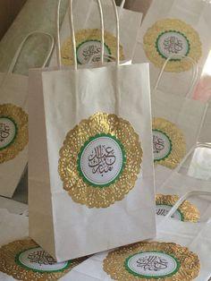 Make even more special gifts with these beautiful .- Faites des cadeaux encore plus spéciaux avec ces magnifiques sacs-cadeaux Eid Mubarak. M Make even more special gifts with these beautiful Eid Mubarak gift bags. Eid Mubarak Logo, Eid Mubarak Gift, Iftar Party, Eid Party, Eid Crafts, Ramadan Crafts, Eid Gift Bags, Eid Gift Ideas, Diy Eid Gifts