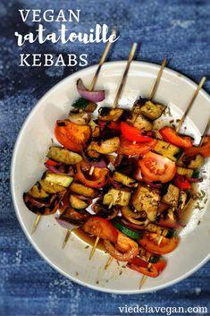 ratatouille kebabs. vegan, gluten free. from viedelavegan.com Vegan Bbq Recipes, Kebab Recipes, Vegan Dinners, Cooking Recipes, Healthy Recipes, Vegan Food, Vegetarian Food, Vegan Side Dishes, Vegetable Side Dishes
