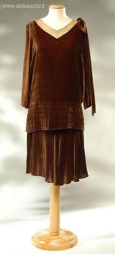 Abito in due pezzi (abito e casacca) in velluto di seta marrone 1928