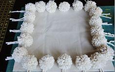 Cómo hacer un almohadón con pompones 2.jpg