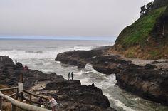 O Devil's Churn (a Espuma do Diabo), em Cape Perpetua, costa central do estado do Oregon, USA. Devil's Churn é uma estreita entrada do Oceano Pacífico em meio às rochas da costa. Está localizada na altura da Floresta Nacional de Siuslaw.   Fotografia:  Joe Mabel.