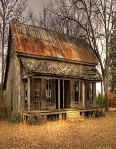 Abandoned country house with rusty tin roof.think how many stories this house could tell. Abandoned Buildings, Abandoned Farm Houses, Abandoned Property, Old Farm Houses, Abandoned Mansions, Old Buildings, Abandoned Places, Old Cabins, Cabins In The Woods