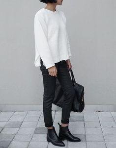爽やかなホワイトニットとブラックのクールなスタイリング。小物はレザーでエッジをきかせて。
