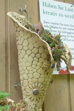 Gartendekoration - Wandgefäß mit Hauswurz aus Keramik - ein Designerstück von Michaela-Theis bei DaWanda