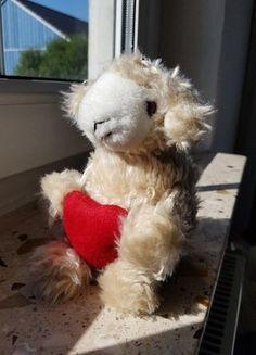 Kaufe meinen Artikel bei #Mamikreisel http://www.mamikreisel.de/spielzeug/kuscheltiere/41490880-zuckersusses-schaf-lamm-mit-herz-wuschelfell-und-baumelbeinen-super-als-kleines-geschenk