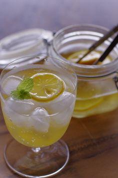 レモンの爽やかな香りがたまらないシロップ。ソーダで割って気分もリフレッシュ。シロップで漬けたレモンをやミントを一緒に添えれば、見た目も可愛いですね♡