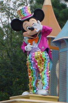 Love this parade - Disney on Parade, 100 years of Magic, it was an amazing parade, and my inner child is loving his pants, like glitter, YESSSS PLEASE! GLITTER MAKES EVERYTHING BETTER!