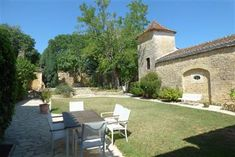 Close to the beautiful Valley Vineyards Prayssac sector on the heights and with point of view full South - wide property on courtyard surrounded by. French Property, Central Heating, Greenhouse Gases, Property Listing, Acre, In The Heights, Terrace, Swimming Pools