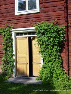 dubbeldörrar i gulockra med humle vid sidorna