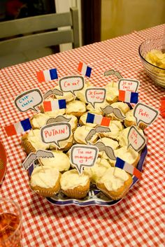 smilesfrommel: 'au revoir france' - a french themed party. NO MUSTACHES! French Dinner Parties, French Themed Parties, Paris Birthday Parties, Birthday Dinners, 27th Birthday, Dinner Themes, Party Themes, Party Ideas, Stand Feria