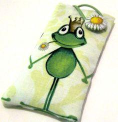 *Handytasche Frosch + Stoffknopf*  Handytasche mit süßem Frosch auf der Rückseite sind 2 händchenhaltende Frösche  Mit Stoffknopf-Blume Von In...
