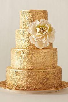 Una tarta en color oro siempre marca la elegancia y el buen gusto del postre