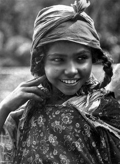 Tunisian girl, head-and-shoulders portrait, facing front. (Date: between 1904 and Old Photos, Girl Photos, Vintage Photos, African Culture, African History, Face Tattoos, Out Of Africa, Portraits, People Of The World