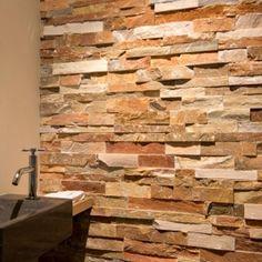 een landelijke badkamer met steenstrips