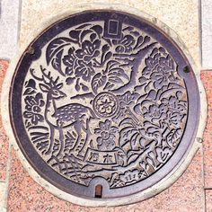If I already knew thanks to the webthe beautiful Japanese manhole covers, decorated with amazingdesigns and sometimes even in color, it was a different stor