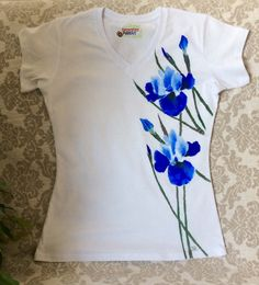 Hand-painted T-shirt/women tee/Handpainted tee/Women's Dress Painting, T Shirt Painting, Fabric Painting, Fabric Paint Shirt, Paint Shirts, Painted Jeans, Painted Clothes, Shirt Embroidery, Embroidery Patterns