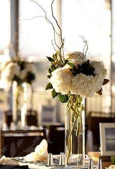 Ideas de arreglos florales para bodas. Las flores son un elemento fundamental de la decoración de tu boda, ya que estarán presentes en el...