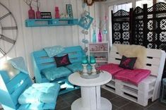 Paint various colors on Pallet Furniture Dump A Day Amazing Uses For Old Pallets - 23 Pics Pallet Designs, Pallet Ideas, Pallet Projects, Home Projects, Pallet Crates, Old Pallets, Wooden Pallets, Pallet Tv, Pallet Creations