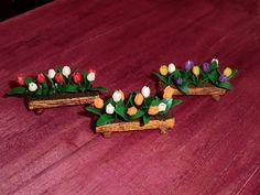 mini planters tutorial/// tutorial may need translation Miniature Plants, Miniature Fairy Gardens, Mini Gardens, Minis, Mini Plants, Wooden Planters, Dollhouse Miniatures, Planting Flowers, Polymer Clay