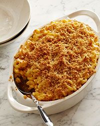 Macaroni & Cheese w/ Buttery Crumbs / Small chunks of cheddar and Colby cheeses throughout give this classic American dish a perfect hit of flavor and a fabulous gooey texture. Baked Macaroni, Macaroni Cheese, Macaroni And Cheese, Mac Cheese, Cheese Food, Wine Recipes, Cooking Recipes, Pasta Recipes, Yummy Recipes